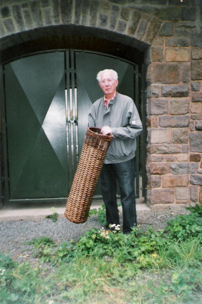 b6a K.H. Mohr mit einer Weidenkorb-Granatverpackung